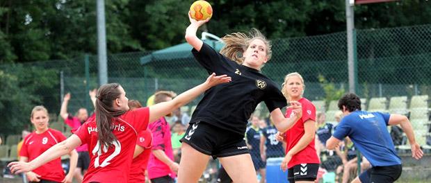 """Sprunggewaltig setzt sich """"Golden Girl"""" Anna Ritscher beim Beachhandball in Hollenstedt gegen Horneburgs Miriam Ruhnau (l.) durch."""