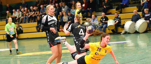 Buxtehudes Kreisläuferin Svea Marie Geist ist nicht zu halten von der Hollenstedter Abwehr und erzielt eines ihrer drei Tore