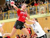 Dina Bergmane-Versakova (M.) erzielt vor gut gefüllten Rängen neun Tore für ihren TuS Jahn Hollenstedt