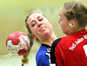 Festgesetzt: OKT-Spielerin Raphaela Steffek (li.) kommt an Viviane Burandt nicht vorbei.